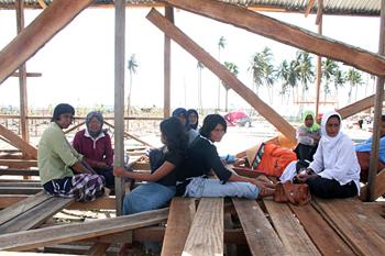 Mujeres esperando ayuda, Campamento liengke, Sumatra, Indonesia