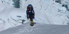 Escaladores subiendo una cresta de nieve