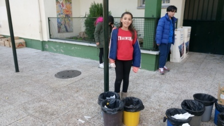 Litter Less Campaign_Masa de las papeleras de clase   2