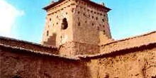 Patio interior elevado de una fortaleza de adobe, Marruecos