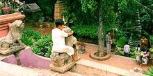 Escena cotidiana en templo camboyano, Phnom Penh, Tailandia