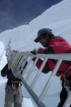 El ´doctor´jalando la escalera con cuerdas desde la cima del mur