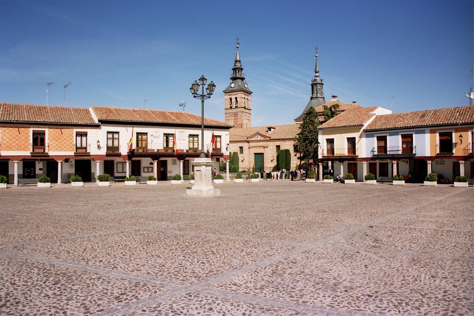Plaza de Segovia con Ayuntamiento e iglesia en Navalcarnero