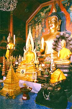 Altar con figuras budistas doradas, Tailandia