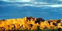 Fortificación y pueblo sobre un macizo rocoso, Marruecos