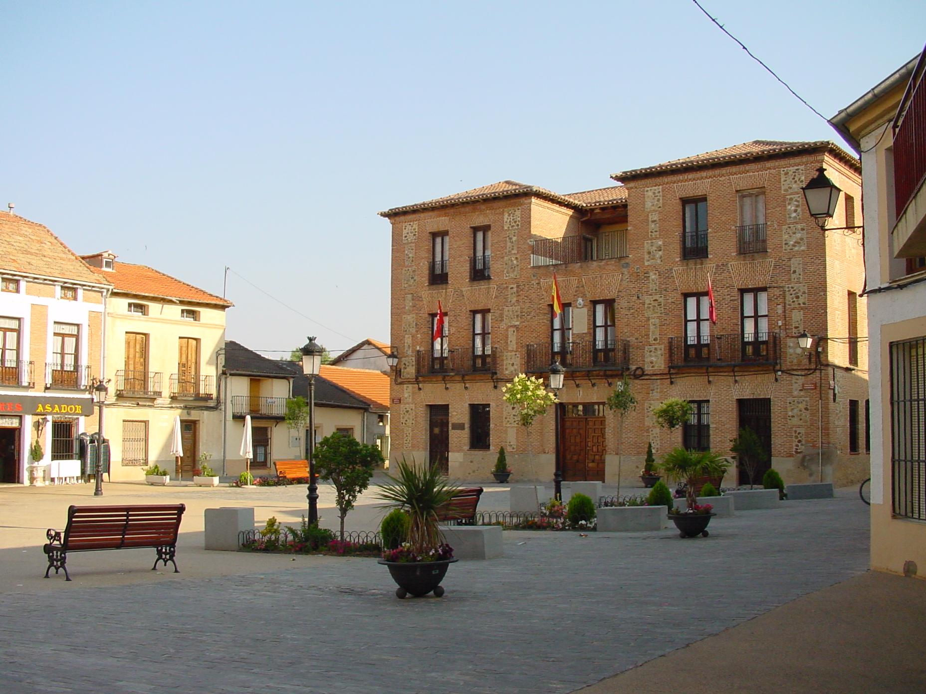 Plaza y ayuntamiento en Valdetorres del Jarama