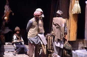 Escena callejera ante una carnicería, Jammu y Cachemira, India