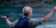 Mujer pescando en un río (Nueva Zelanda)