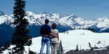Pareja contemplando la vista en Whistler, Columbia Británica (Ca