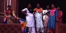 Grupo de mujeres en el acceso al Taj Mahal, Agra, India
