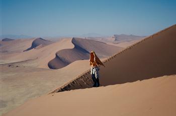 Persona en el desierto, Namibia