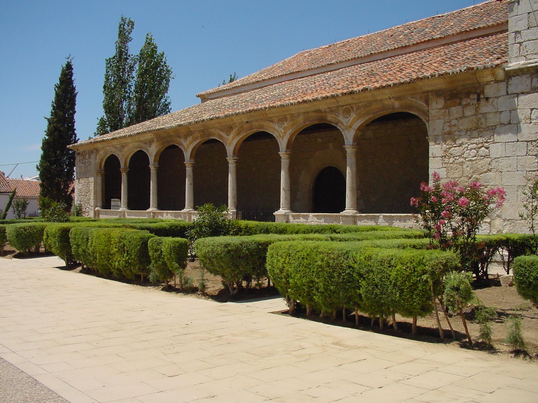 Patio con pórtico y arcos en Torres de la Alameda