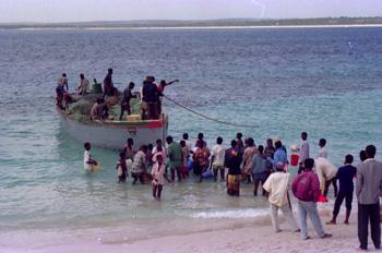 Barco atracando en playa, Nacala, Mozambique