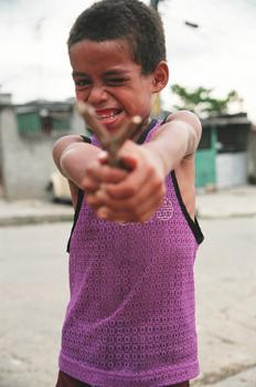 Niño con tirachinas, Rio de Janeiro, Brasil