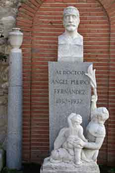 Monumento al doctor ángel Pulido Fernández