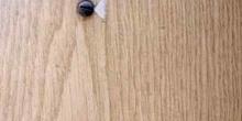 Pared de madera con tornillo metálico