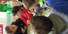 Buddies: 5 años y sexto enseñando a jugar. 9