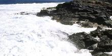 Rompiendo olas en acantilado