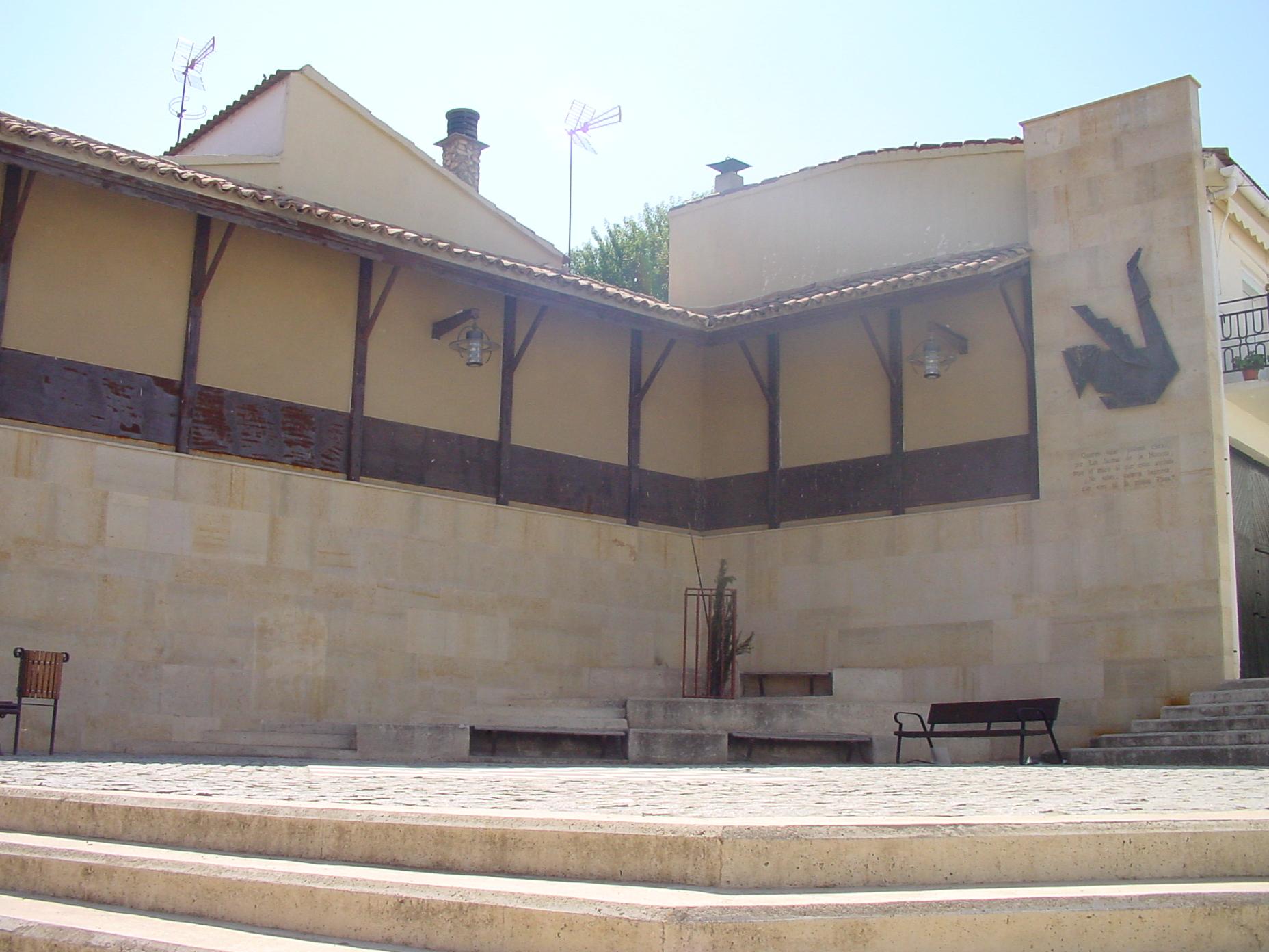 Plaza y edificio en Los Santos de la Humosa
