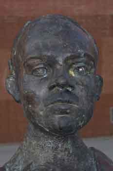 Detalle de un escultura del escritor Miguel Hernández