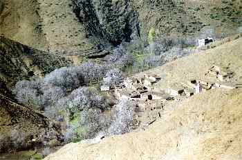 árboles secos y pueblo en un valle cercano a Agouim, Marruecos