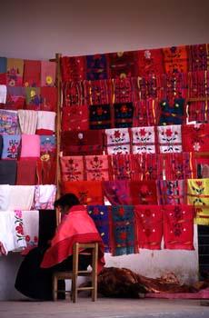 Vendedora de textiles en Zinacantán, México