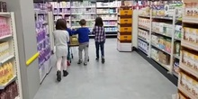 María, Virginia, Alejandro and Iván are at the supermarket