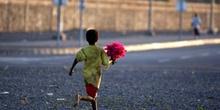 Niño con flores, Rep. de Djibouti, áfrica