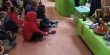"""Infantil 3 años y 1º de Primaria visitan los expositores del la """"Vuelta al Mundo"""" 3"""