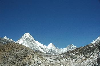 Pu Mori, Lingtren y Khumbutse vistos desde el camino Lobuche Gor