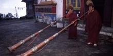 Monjes del Monasterio de Ghoom llamando a la oración, Darjeeling