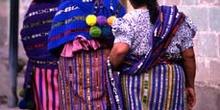 Tres mujeres con el traje tradicional en San Pedro La Laguna, Gu