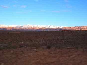 Desierto de piedra y montañas nevadas, Marruecos