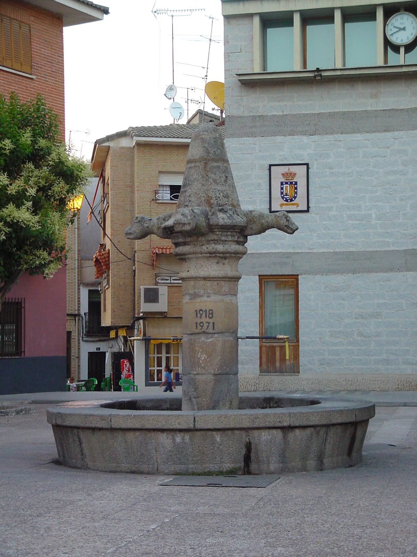Fuente de piedra antiguo cadarso en Pelayos de la Presa