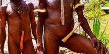 Jefes de tribu con corona de plumas, Irian Jaya, Indonesia