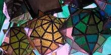 Lámparas geométricas de metal en un puesto del zoco, Marrakech,
