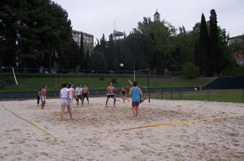 Chicos jugando al voley-playa