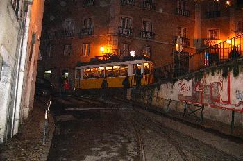 Tranvía en Alfama, Lisboa, Portugal