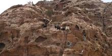 Personas subiendo por la ladera de una montaña, Petra, Jordania