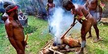 Proceso de preparado ritual de cerdo en West Papúa, Irian Jaya,