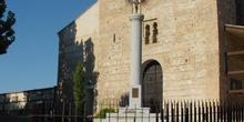 Fachada de iglesia con cruz en Griñón
