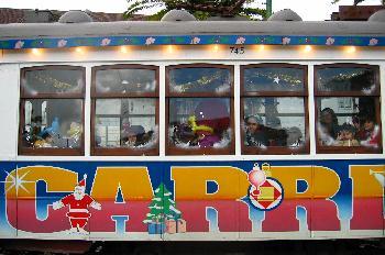 Tranvía decorado con adornos navideños, Plaza Campo das Cebolas,