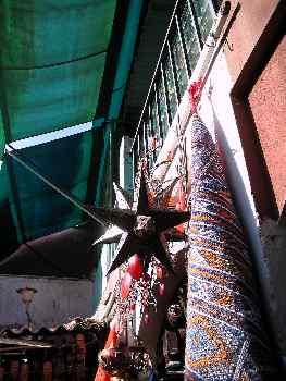 Alfombra y lámpara de metal en un puesto del zoco, Marrakech, Ma
