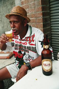 Hombre tomando cerveza en la Favela Juramento, Rio de Janeiro, B