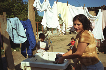 Mujer lavando ropa, favela de Sao Paulo, Brasil
