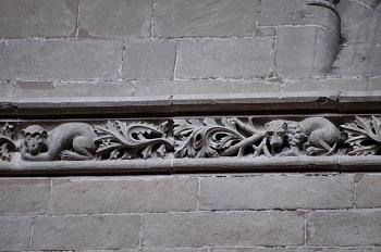 Catedral de Huesca. Cenefa con mono y león