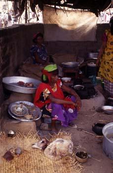 Mujeres en la cocina de un restaurante del mercado de Suq al Kha