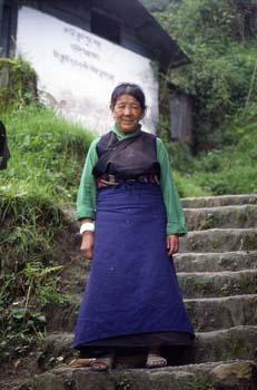 Retrato de mujer en una escalera, Darjeeling, India