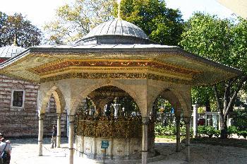 Pagoda en el jardín de la Santa Sofía, Estambul, Turquía