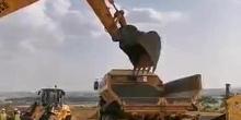 Practica de carga de camión con retroexcavadora y cazo vacio